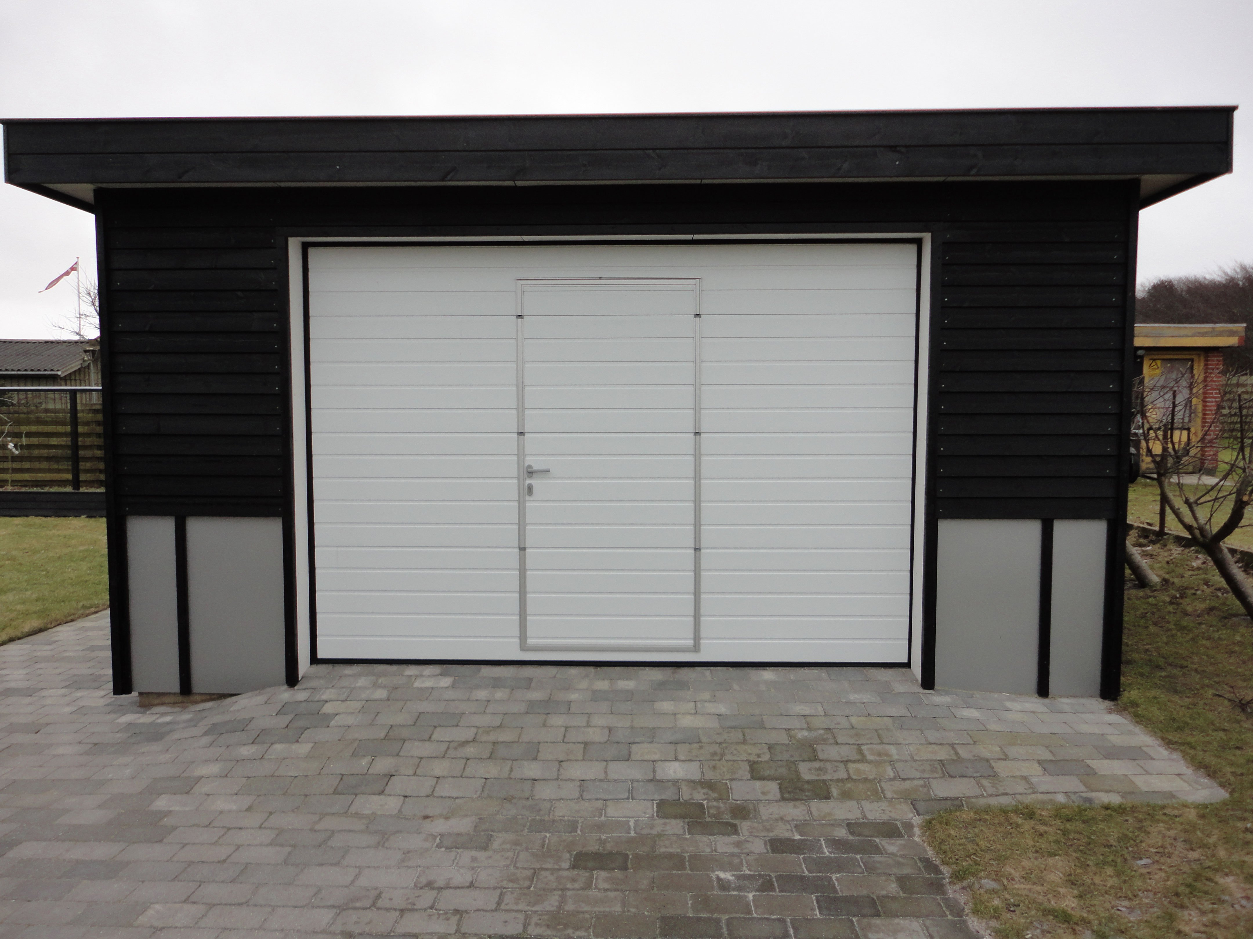 Калитка в воротах гаража фото